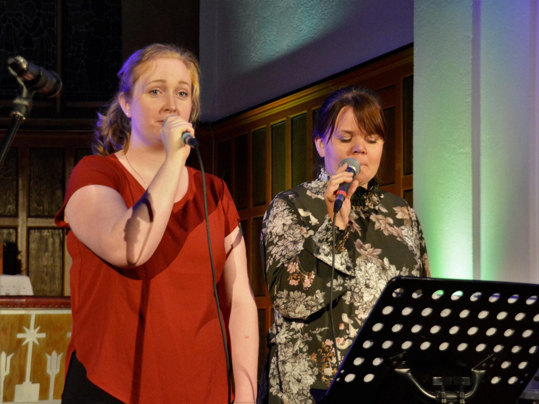 Sandra-Marie Bjørnset Sælemyr og Cathrine Hamre Tindeland imponerte igjen med sine duettar til musikk av Arene Tveit