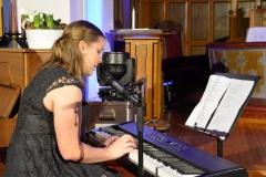 Tonje Bjerga med sang og piano